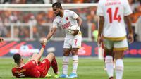Penyerang PSM Makassar, Zulham Zamrun, membantu striker Persija Jakarta, Marko Simic, untuk bangun pada laga Liga 1 2019 di SUGBK, Jakarta, Rabu (28/8). Kedua tim bermain imbang 0-0. (Bola.com/M Iqbal Ichsan)