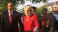 Gubernur DKI Jakarta Anies Baswedan dan istri hadiri pernikahan putri Presiden Jokowi, di Gedung Graha Saba Buana, Solo, Rabu (8/11). Menurut Anies, suasana pernikahan tersebut sama seperti pernikahan masyarakat pada umumnya. (Liputan6.com/Lizsa Egeham)
