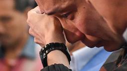 Pebulutangkis Malaysia, Lee Chong Wei (36) dengan berlinang air mata saat mengumumkan pensiun melalui konferensi pers di Putrajaya, Kamis (13/6/2019). Mantan pemain nomor satu dunia ini memutuskan untuk gantung raket alias pensiun akibat kanker yang dideritanya. (Mohd RASFAN / AFP)