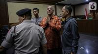 Ekspresi mantan Direktur Utama PT PLN Sofyan Basir usai sidang pembacaan putusan di Pengadilan Tipikor, Jakarta, Senin (4/11/2019). Sofyan Basir divonis bebas dalam kasus dugaan suap proyek PLTU Riau-1. (Liputan6.com/Faizal Fanani)