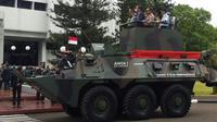 Presiden Jokowi bersama dengan Panglima TNI Jend Gatot Nurmantyo beserta KASAD, KASAL dan KASAU dan Direktur Utama Pindad Abraham Mose menjadi penumpang VVIP Anoa Amphibious.
