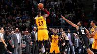LeBron James, mencetak poin ke-27.442  sepanjang karier saat timnya Cleveland Cavaliers mengalahkan tuan rumah Milwaukee Bucks 114-108 lewat overtime, Selasa (20/12/2016). (NBA)