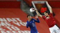 Striker baru Manchester United, Edinson Cavani, duel udara dengan bek Chelsea, Thiago Silva, pada laga Liga Inggris di Stadion Old Trafford, Minggu (25/10/2020). Kedua tim bermain imbang 0-0. (Oli Scarff/Pool via AP)