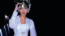 Wanita yang  berhasil meraih gelar Miss Grand Indonesia 2020 ini bikin pangling dengan busana adat berkebaya putih dan mahkota tinggi. (Liputan6.com/IG/@aurrakharishma)
