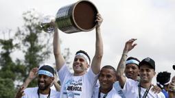 Kiper Gremio, Marcelo Grohe, mengangkat piala Copa Libertadores saat pawai di Porto Alegre, Brasil, Kamis (30/11/2017). Gremio menjadi juara Copa Libertadores setelah mengalahkan Lanus dengan skor agregat 3-1. (AFP/Itamar Aguiar)