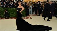 Kylie Jenner tak mengindahkan tema Met Gala 2018 yakni, Catholic Imagination. Namun, Kylie tetap tampil mengagumkan. (ANGELA WEISS / AFP)