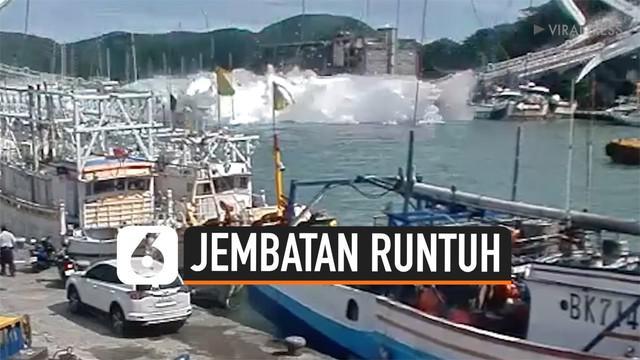 Rekaman CCTV menunjukkan jembatan pelabuhan di Taiwan, secara tiba-tiba runtuh. Tak hanya itu, sebuah truk yang tengah melintas di jembatan ikut jatuh ke laut.