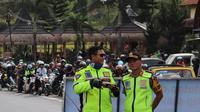 Kapolres Garut AKBP Budi Satria Wiguna didampingi Kasatlantas AKP Rizky Adi Saputro tengah mengamankan jalur balik di jalur Limbangan, Garut (Liputan6.com/Jayadi Supriadin)