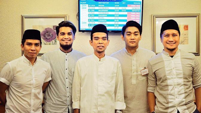 Ifan Seventeen bersama Arie Untung, Mario Irwinsyah dan Ustaz Abdul Somad [foto: instagram/ifanseventeen]