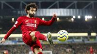 Penyerang Liverpool, Mohamed Salah, menendang bola saat melawan Norwich City pada laga Premier League di Stadion Carrow Road Minggu (16/2/2020). Liverpool menang 1-0 atas Norwich City. (AP/Frank Augstein)