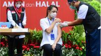 Dokter Reisa ketika menerima vaksinasi COVID-19 di halaman Istana Negara.