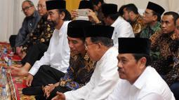 Presiden RI Joko Widodo (ketiga kiri) berbincang dengan Wapres Jusuf Kalla jelang buka puasa bersama Partai Nasdem di Jakarta, Selasa (7/6/2016). Acara tersebut juga dihadiri sejumlah menteri kabinet kerja. (Liputan6.com/Helmi Fithriansyah)