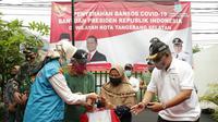 Kemensos bagikan bansos presiden tahap pertama di Tangsel. (Liputan6.com/Pramita Tristiawati)