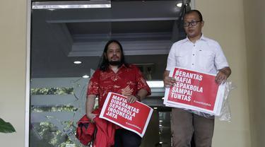 Aktivis Indonesia Football Community, Emerson Yuntho dan Ignatius Indro, menyambangi Polda Metro Jaya, Jakarta, Jumat (28/12). Mereka menyatakan mendukung Satgas Anti Mafia Sepak Bola memberantas mafia sepak bola. (Bola.com/M Iqbal Ichsan)