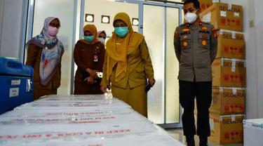 Kepala Dinas Kesehatan Riau Mimi Yuliani Nazir mengecek vaksin Covid-19 yang didistribusikan ke tiga dearah.
