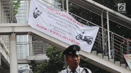 Sebuah banner bertuliskan sayembara kasus penyiraman air keras terhadap penyidik Novel Baswedan terpasang di seberang Gedung KPK, Jakarta, Senin (6/8). Hal ini dilakukan  karena sudah 16 bulan kasus itu tidak kunjung terungkap. (Merdeka.com/Dwi Narwoko)
