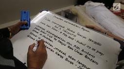 Tulisan informasi mengenai meninggalnya musikus Yockie Suryo Prayogo di Ruang Jenazah, Rumah Sakit Pondok Indah, Bintaro, Tangsel (5/2). Rencananya jenazah Yockie akan dimakamkan Senin siang di TPU Karet Bivak, Jakarta Pusat. (Liputan6.com/Fery Pradolo)