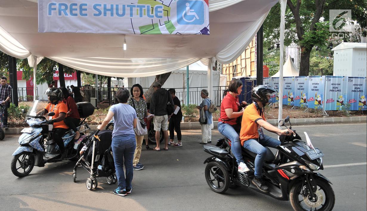 Pengunjung menggunakan jasa Ojek Disabilitas saat hendak menyaksikan pertandingan Asian Para Games 2018 di Gelora Bung Karno, Jakarta, Rabu (10/10). INAPGOC menyediakan sekitar 35 armada Ojek Disabilitas secara gratis. (Merdeka.com/Iqbal S. Nugroho)