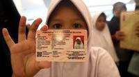 Seorang anak memperlihatkan KIA di tempat makan siap saji kawasan Bintaro Tangerang Selatan, Selasa (26/2). Pemkot Tangsel menargetkan sebelum tahun ajaran baru 2019/2020 semua anak Tangsel sudah memiliki KIA. (Merdeka.com/Arie Basuki)