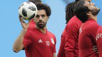 Ekspresi Mohamed Salah saat mengikuti sesi latihan tim di St. Petersburg stadium, St. Petersburg, Rusia, (18/6/2018). Mesir akan melawan Rusia pada laga kedua Piala Dunia 2018.  (AP/Dmitri Lovetsky)
