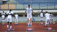 Bek Persib Bandung Nick Kuipers mengikuti sesi latiham bersama tim di Stadion Gelora Bandung Lautan Api. (Foto: MO Persib)