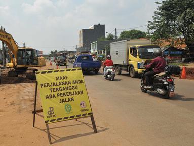 Alat berat meratakan bagian dasar jalan di Jalan Joglo Raya, Jakarta, Senin (25/4). Proyek pelebaran Jalan Raya Joglo yang menghubungkan Jalan Raya Pos Pengumben ke Ciledug itu sempat mangkrak selama enam tahun.  (Liputan6.com/Gempur M Surya)