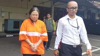 LY, perempuan asal Bogor ini ditangkap petugas Polres Malang Kota. Ia jadi tersangka penipuan properti berkedok rumah murah di Kota Malang (Liputan6.com/Zainul Arifin)