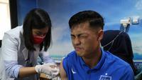 Pemain PSIS mendapat vaksin di sebuah klinik di Kota Semarang, Jumat (20/3/2020). (Ofisial PSIS Semarang)