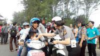 Puluhan anggota polwan di Polda Bengkulu membagi-bagikan takjil gratis bagi warga yang melintas di Pantai Panjang, Kota Bengkulu, Minggu (19/6/2016). (Liputan6.com/Yuliardi Hardjo Putro)