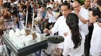 Presiden Joko Widodo berbincang dengan barista saat Ngopi Sore di Istana Bogor, Jawa Barat, Minggu (1/10). Acara Ngopi Sore ini juga bertujuan untuk mempromosikan sektor hulu industri kopi di Indonesia. (Liputan6.com/Angga Yuniar)