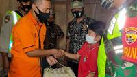 PT Pos Indonesia (Persero) tergerak untuk membantu meringankan beban Risalianus Aja, bocah kelas 6 SDI Sopang Rajo, Kampung Kota Tunda, Desa Nanga Meje, Kecamatan Elar Selatan, Manggarai Timur, Nusa Tenggara Timur