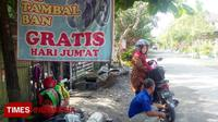 Warga Perumahan Sukomulyo Kecamatan Lamongan, Edi Suprapto saat memberikan pelayanan gratis ke pelanggannya, Jumat, (9/2/2018). (FOTO: Ardiyanto/TIMES Indonesia)