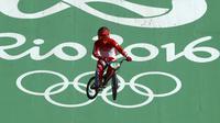 Toni Syarifudin saat beraksi di babak penyisihan nomor BMX Olimpiade 2016. (Paul Hannah/Reuters)