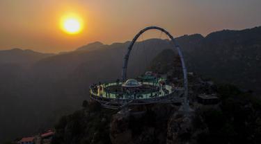 Sebuah panggung berlantai kaca berada di tempat wisata yang berada di pinggir tebing di Shilinxia, Beijing, 30 april 2016. Panggung kaca yang menggantung hingga 32.8 meter dari tepi tebing ini merupakan objek wisata baru di China. (AFP PHOTO/STR)