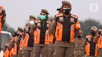 Petugas Satpol PP saat melakukan apel pasukan pengamanan di Monas, Jakarta, Senin (19/7/2021). Pengamanan tersebut dilakukan untuk menjaga Hari Raya Idul Adha 1442 Hijriah dimasa pandemi Covid-19 saat PPKM Darurat. (Liputan6.com/Angga