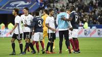 Para pemain Prancis dan Jerman bersalaman usai laga kedua negara di Stade de France, Paris, Jumat (13/11/2015) malam waktu setempat. (AFP PHOTO / Miguel Medina)