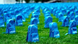 Ribuan tas sekolah tertata di halaman utara Markas Besar Perserikatan Bangsa-Bangsa (PBB), New York, Amerika Serikat, Minggu (8/9/2019). UNICEF menyerukan perlindungan lebih besar terhadap anak-anak yang hidup di zona konflik. (AP Photo/Craig Ruttle)