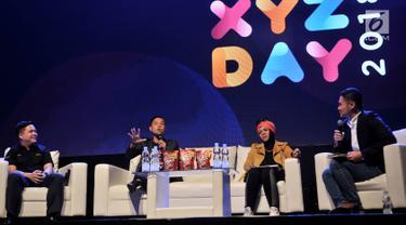 Film Maker Ernest Prakasa (dua kiri) berbicara dalam diskusi Hitmaker In Multiple Platform selama XYZ Day 2018 di The Hall, Senayan City, Jakarta, Rabu (25/4). Diskusi membahas seputar pembuatan karya di berbagai platform. (Merdeka.com/Iqbal Nugroho)