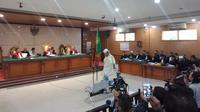 Terdakwa kasus penganiayaan terhadap remaja, Bahar bin Smith menjalani sidang dakwaan di Pengadilan Negeri Bandung. (Huyogo Simbolon)