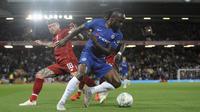 Gelandang Chelsea, Victor Moses, berebut bola dengan pemain Liverpool, Alberto Moreno, pada laga Piala Liga Inggris di Stadion Anfield, Rabu (26/9/2018). Liverpool takluk 1-2 dari Chelsea. (AP/Rui Vieira)