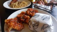 Sajian kuliner ayam cepat saji dengan pilihan saus dari enam negara hadir di Yogyakarta