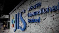 Setelah pemeriksaan selama 10 jam, guru Jakarta International School (JIS) Neil Bantleman dan Ferdinant Tjiong resmi ditahan pada Senin 14 Juli 2014 kemarin. Penahanan itu terkait dugaan pelecehan seksual di terhadap anak di bawah umur.