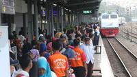 Suasana di Stasiun Senen, Jakarta, Selasa (5/6). Bagi masyarakat yang ingin mengikuti program mudik gratis ini, untuk keberangkatan tanggal 6 dan 7 Juni 2018 masih tersedia kuota untuk 179 orang peserta. (Liputan6.com/Angga Yuniar)
