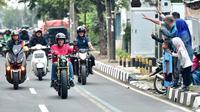 Warga menyapa Presiden Joko Widodo yang mengendarai motor menuju Pasar Anyar, Tangerang, Banten, Minggu (4/11/2018). Jokowi blusukan ke pasar untuk mengecek harga kebutuhan pokok dan mencocokkan dengan angka inflasi. (Liputan6.com/HO/Biro Pers Setpres)
