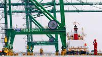 Aktivitas bongkar muat peti kemas di Pelabuhan Tanjung Priok, Jakarta, Rabu (31/10). PT Pelabuhan Indonesia II menerapkan fasilitas dan layanan pembiayaan jasa kepelabuhan (port service financing/PSF) di Tanjung Priok. (Liputan6.com/Immanuel Antonius)