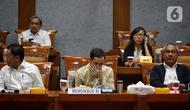 Menteri Pendidikan dan Kebudayaan, Nadiem Makarim (tengah) mengikuti Rapat Kerja dengan Komisi X DPR di kompleks Parlemen, Senayan, Jakarta, Kamis (20/2/2020). Rapat membahas anggaran tahun 2020 dan seputar isu terkait Pembayaran SPP lewat layanan Gopay. (Liputan6.com/Johan Tallo)