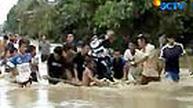 Akibat ulah oknum yang membabat hutan, warga di Kecamatan Ladongi, Kolaka, Sultra, harus menderita karena terendam banjir. Air juga merendam wilayah Madiun dan Probolinggo.
