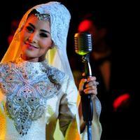 Cici Paramida lahir di Jakarta, 7 September 1973. (via yiela.com)