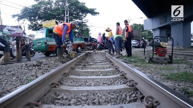 PT KAI terus memperbaiki sejumlah lintasan kereta yang rusak sebelum arus mudik dimulai. Salah satu daerah yang memiliki banyak titik kerusakan adalah rel kereta Bandung.