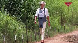Mendiang Putri Diana berjalan di tengah-tengah ladang ranjau Huambo, Angola, 15 Januari 1997. Putri Diana rela berjalan di antara ranjau darat aktif untuk membantu kampanye Palang Merah yang melarang penggunaan ranjau darat di seluruh dunia. (John Stillwell/PA via AP, File)